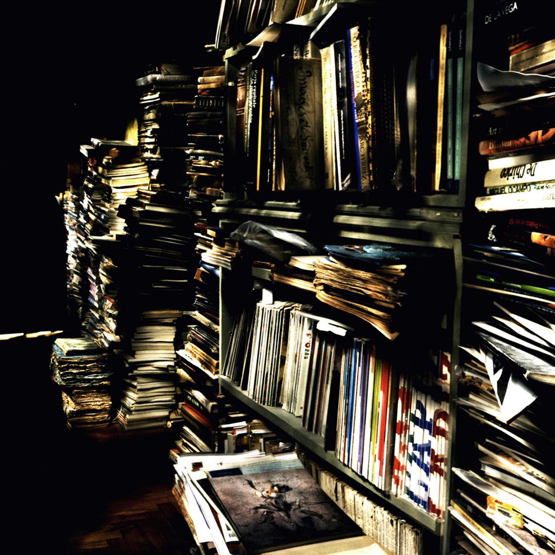 Escena en una biblioteca